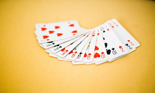 How does money management work at online casinos?